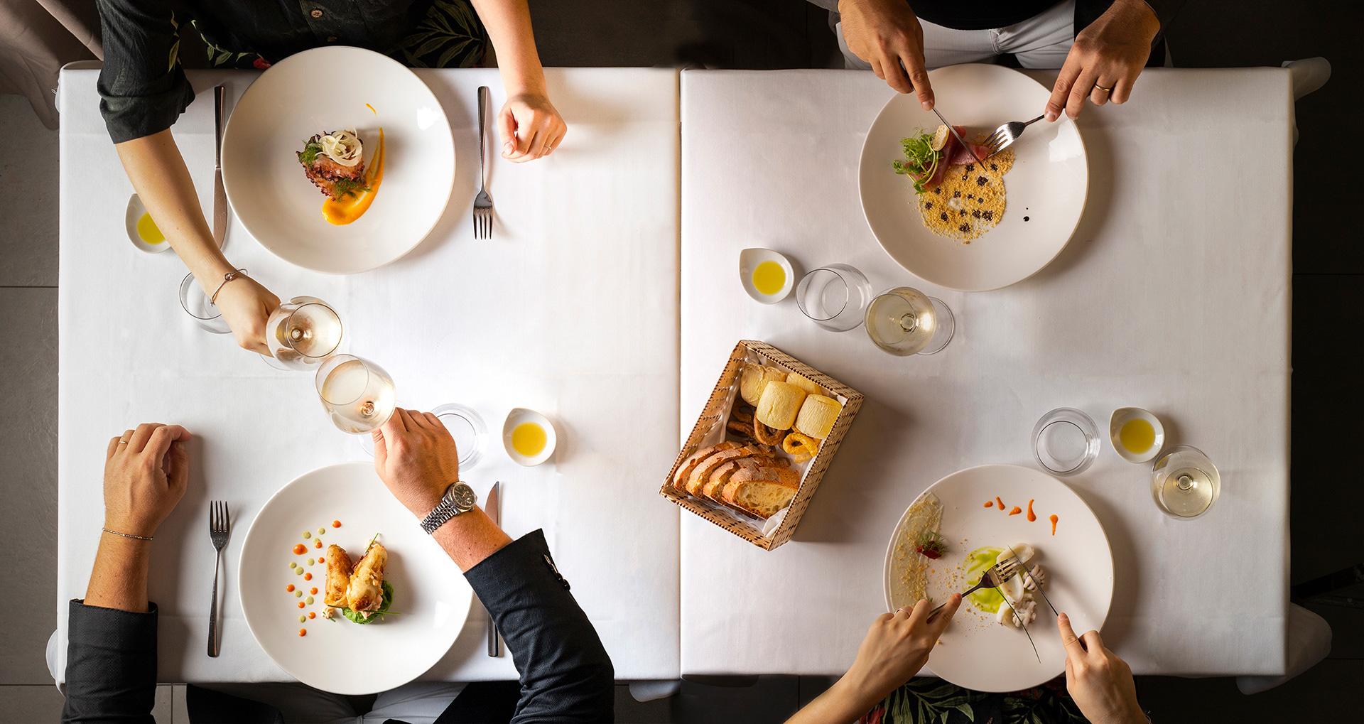 immagine per F&Co Gallo restaurant ristorante gourmet Trani porto doppio tavolo